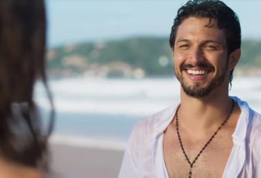 Marcos (Romulo Estrela) se apaixonará por Paloma (Grazi Massafera) no primeiro encontro em Bom Sucesso (Foto: Reprodução/Globo)