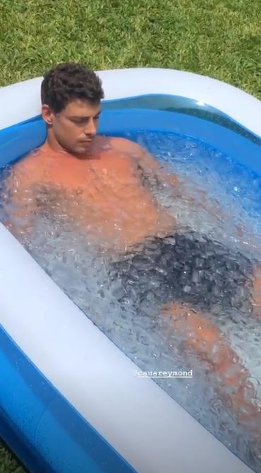 Cauã Reymond em piscina cheia de gelo (Foto: Reprodução/ Instagram)