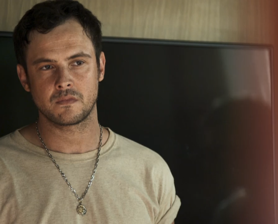 Chiclete, matador interpretado por Sérgio Guizé, se entregará para morrer após salvar Vivi em A Dona do Pedaço (Foto: Reprodução/Globo)