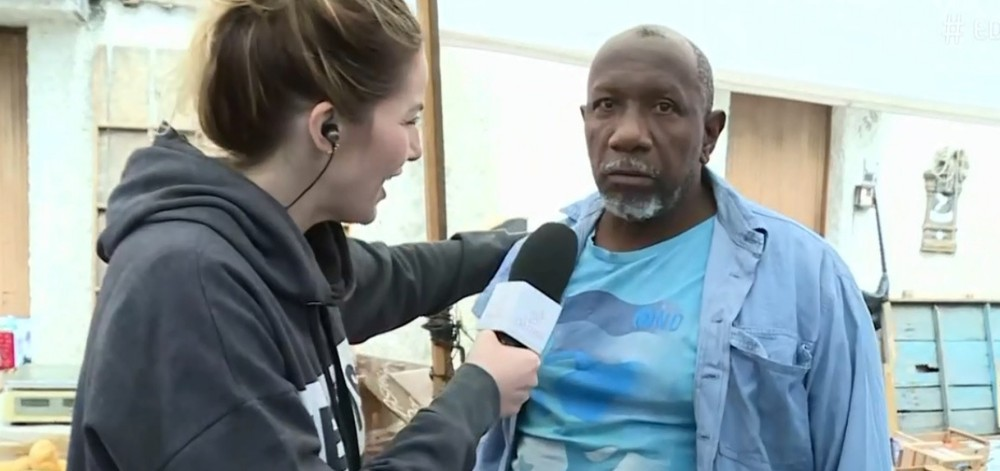 A repórter Luiza Zveiter entrevistou o feirante Vanderlei no É de Casa deste sábado (6) (Foto: Reprodução / Notícias da TV)