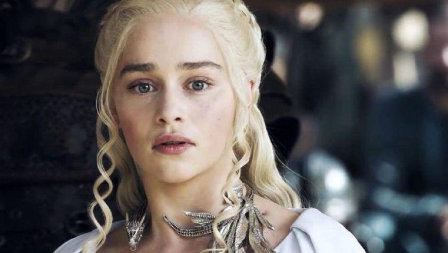 A atriz Emilia Clarke de peruca para a série Game Of Thrones (Foto: Divulgação)