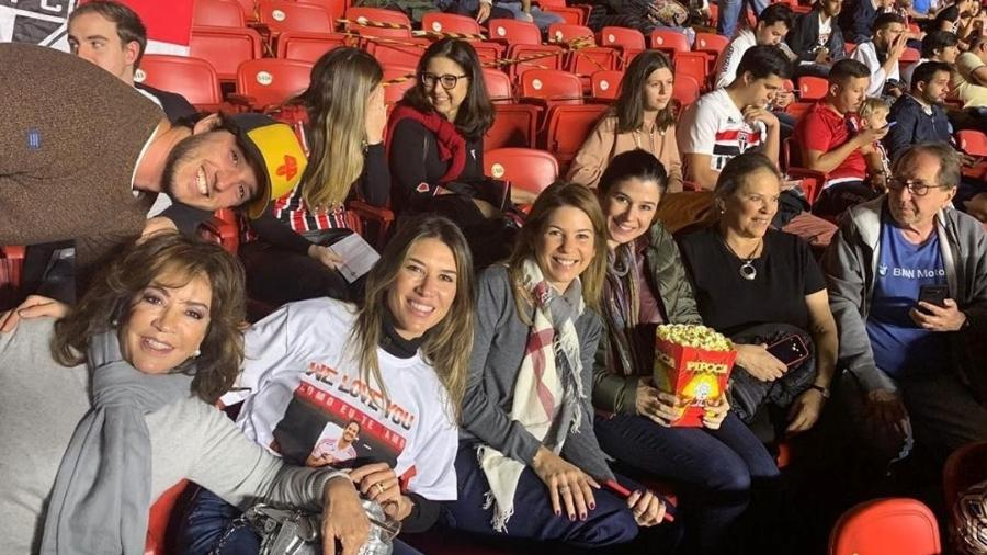 A família Abravanel reunida assistindo ao jogo de Alexandre Pato pelo SPFC (Foto: Reprodução)