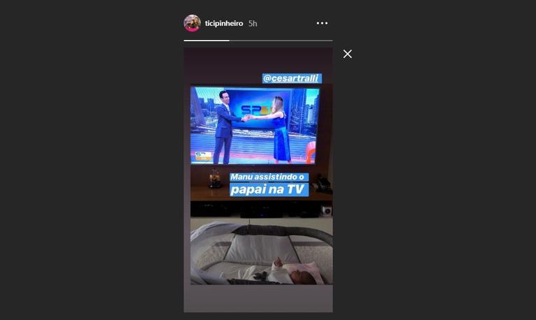Ticiane Pinheiro surpreendeu ao mostrar Manuella assistindo o papai, Cesar Tralli, na TV (foto: Divulgação)