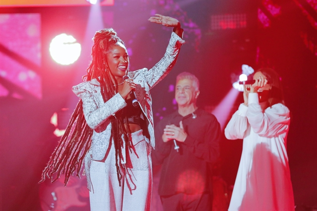 Iza no lançamento do The Voice Brasil 8, onde foi recebida por Ivete Sangalo, Michel Teló e Lulu Santos (Foto: Globo/ Victor Pollak)
