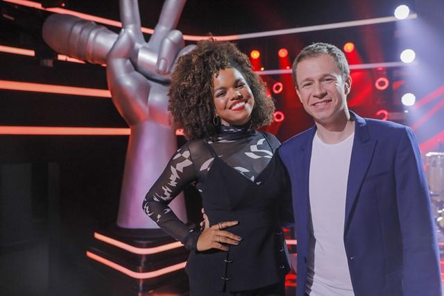 Tiago Leifert e Jennifer Nascimento, a nova repórter do The Voice Brasil (Foto: Globo/ Victor Pollak)