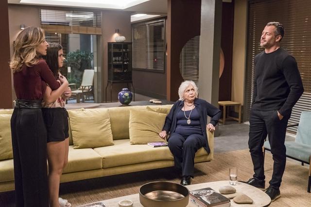 Cássia (Mel Maia) arrasada com a separação de Lyris (Deborah Evelyn) e Agno (Malvino Salvador) em A Dona do Pedaço (Foto: Globo/Paulo Belote)