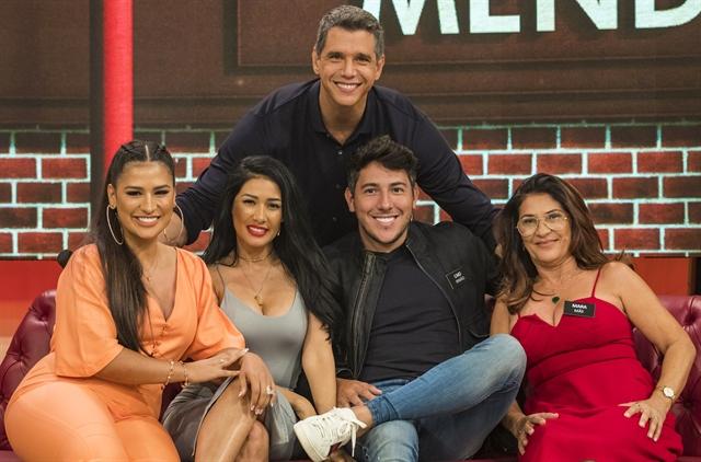 Márcio Garcia recebe Simone e Simaria com sua família (Foto: Globo/Paulo Belote)