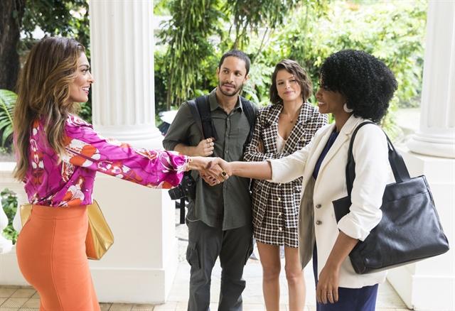 Maria da Paz (Juliana Paes) conhece Gilda, mulher de Amadeu, em A Dona do Pedaço (Foto: Globo/Victor Pollak)