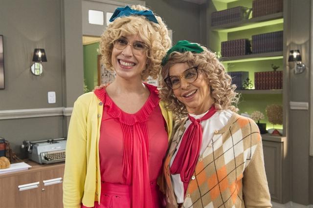 Cândida (Maria Clara Gueiros) e Tia Cândida (Stella de Freitas) se encontram na sala da direção da Escolinha (Foto: Globo/Estevam Avellar)