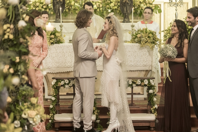 João (Rafael Vitti) e Manu (Isabelle Drummond) se casam no último capítulo de Verão 90 (Foto: Globo/João Miguel Júnior)