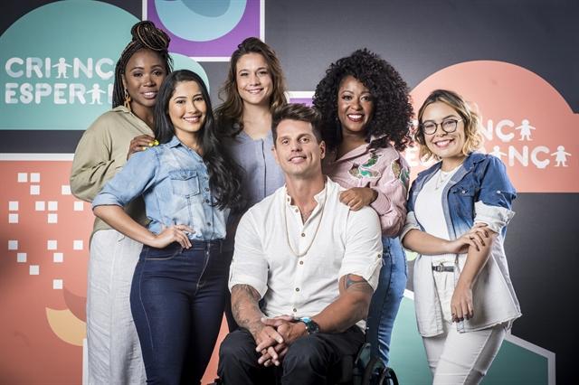Kenia Maria, Thaynara, Fernanda Gentil, Fernando Fernandes, Tia Má e Eva Lluana, mobilizadores do Criança Esperança 2019 (Foto: Globo/João Cotta)