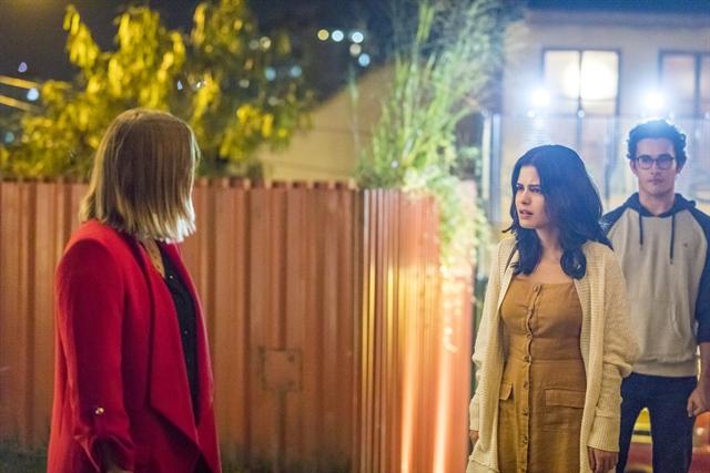 Laila (Julia Dalávia) enfrenta Dalila (Alice Wegmann) e dá surra na vilã em Órfãos da Terra (Foto: Globo/Paulo Belote)