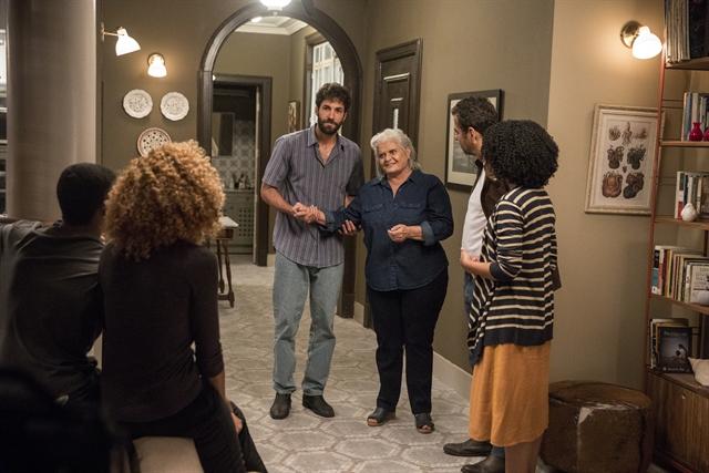Nilda (Jussara Freire) aparece na casa de Amadeu (Marcos Palmeira) em A Dona do Pedaço (Foto: Globo/Victor Pollak)