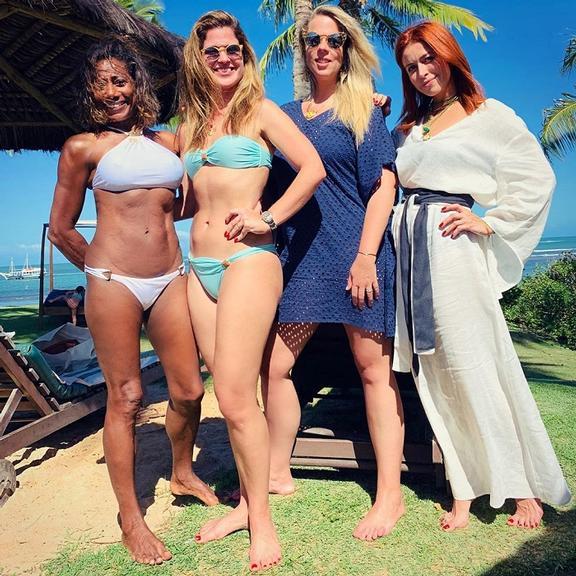 Gloria Maria e suas amigas aproveitam dia de sol em uma praia na Bahia (Foto: Instagram)