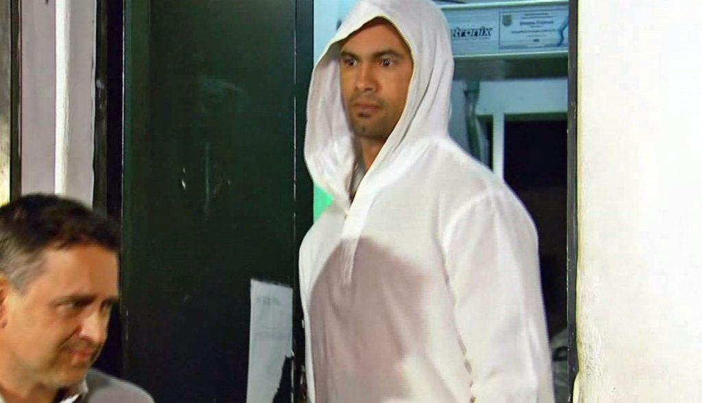 Goleiro Bruno é flagrado deixando o presídio após passar anos na prisão (Foto: Reprodução)
