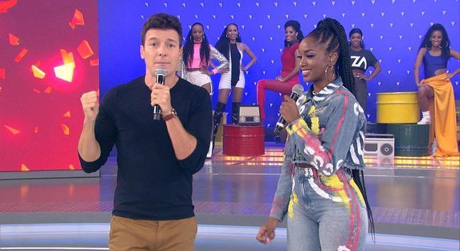 Iza esteve no ar no programa Hora do Faro, e a emissora surpreendeu com uma atitude a respeito da música da cantora (Foto: Reprodução)