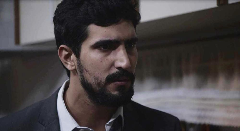 Jamil em cena da novela das 18h da Globo, Órfãos da Terra (Foto: Reprodução)