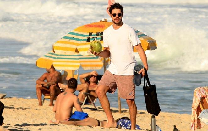 José Loreto, ex de Débora Nascimento foi tietado por fã em passeio na praia