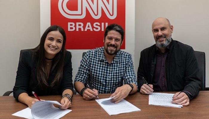 Mari Palma e Phelipe Siani assinam contrato com a CNN Brasil ao lado de Douglas Tavolaro, CEO do canal (Foto: Divulgação/CNN Brasil)
