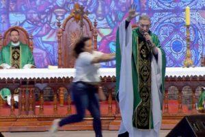 Mulher empurra Padre Marcelo Rossi durante missa na Canção Nova, em São Paulo (foto: Reprodução)