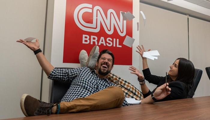 Phelipe Siani e Mari Palma brincam nas instalações da CNN Brasil enquanto ainda