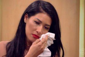 Simaria não segurou as lágrimas ao recordar infância triste ao lado da irmã Simone, além de expor o começo de carreira (Foto: Reprodução/ Globo)