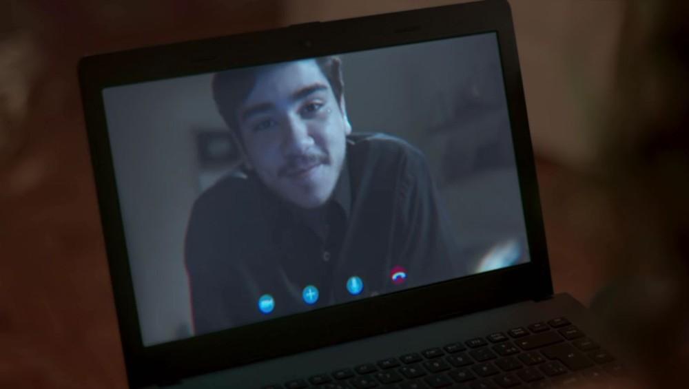 Tadeu faz chamada de vídeo com Rita para fazer revelação em Malhação Toda Forma de Amar (Foto: Reprodução/Globo)