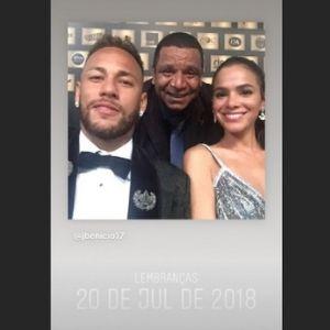 Tio de Neymar José Santos no meio do sobrinho e de Bruna Marquezine (Reproduçao/Instagram)
