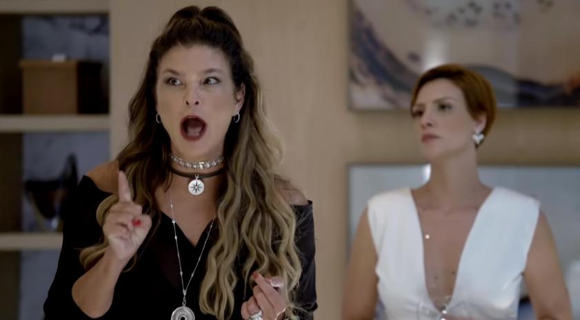 Cristiana Oliveira e Camila Rodrigues em cena na novela Topíssima, da Record. (Foto: Reprodução)