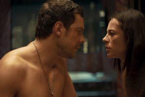 Chiclete (Sergio Guizé) e Vivi (Paolla Oliveira) têm noite de amor em A Dona do Pedaço (Foto: Reprodução/Globo)
