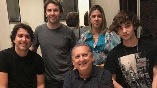 Galvão Bueno junto com a esposa e filhos. Foto: Reprodução