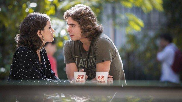 Vanessa conversa com João sobre o teste de DNA, em Verão 90 (Foto: Raquel Cunha/ TV Globo/ Divulgação)