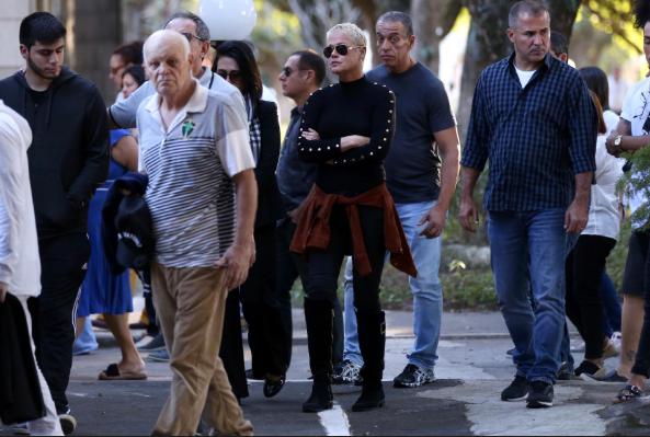 Xuxa e Marlene Mattos vão enterro de amigo (Foto: Roberto Filho)