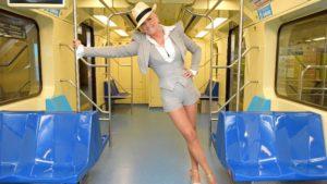 A apresentadora Xuxa Meneghel andou de metrô pela primeira vez no Brasil(Foto: Divulgação)