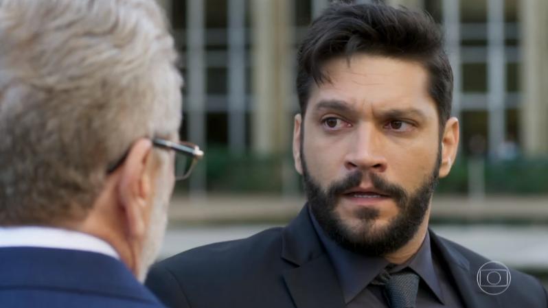 Diogo (Armando Babaioff) vai causar acidente de Feitosa (Jonas Bloch) após ameaça em Bom Sucesso (Foto: Reprodução/Globo)