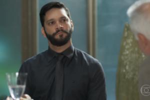 Diogo (Armando Babaioff) faz chantagem com Alberto (Antonio Fagundes) em Bom Sucesso (Foto: Reprodução/Globo)