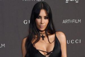 A empresária Kim Kardashian exagera no photoshop e aparece com seis dedos (Foto: Reprodução)