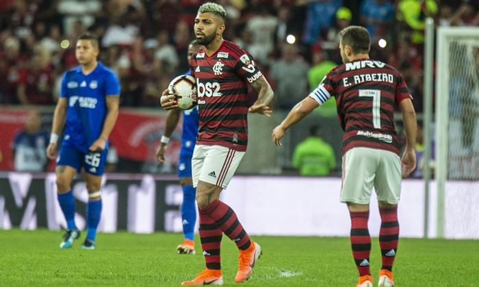 O atacante Gabriel Barbosa no jogo Flamengo x Emelec, que fez a Globo bater recorde de audiência (Foto: Alexandre Vidal e Marcelo Cortes/Flamengo)