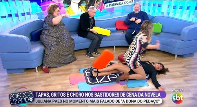 Lívia Andrade sobe em cima de Mar Maravilha no Fofocalizando. (Foto: Reprodução)