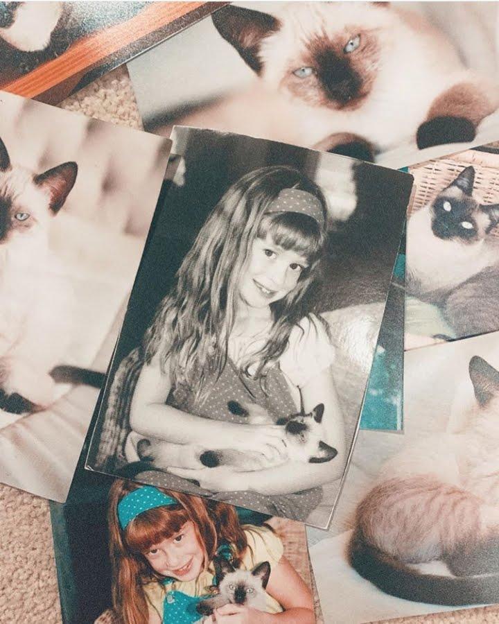 Marina Ruy Barbosa criança com Ruth, sua gata de estimação - Foto: reprodução Instagram