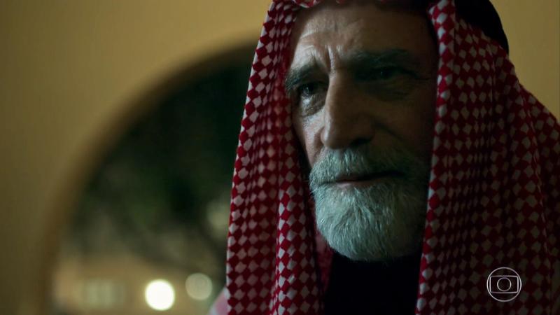 Aziz (Herson Capri) em Órfãos da Terra; assassino do sheik na novela é revelado (Foto: Reprodução/Globo)