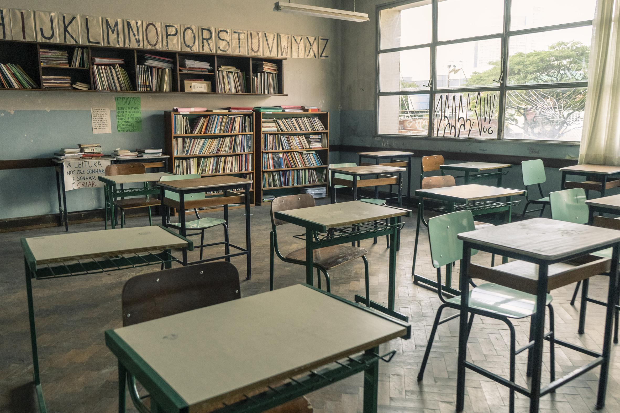 Sala de aula da fictícia Escola Municipal Carolina Maria de Jesus, de 'Segunda Chamada', série estrelada por Débora Bloch