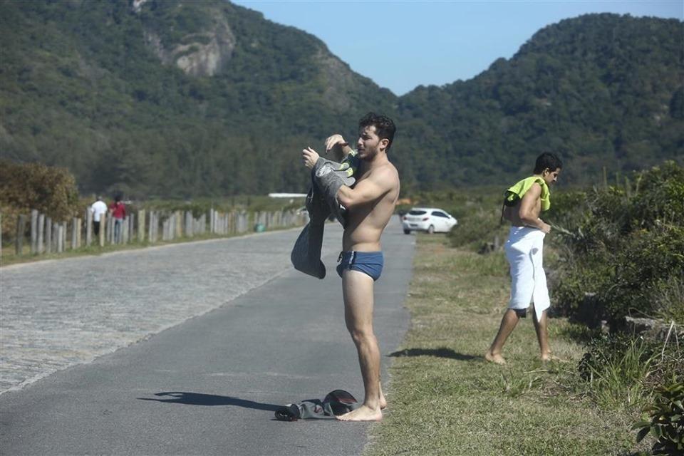 Klebbler Toledo e Enzo Celulari vão a praia e trocam de roupa no meio da rua (Foto: Reprodução)