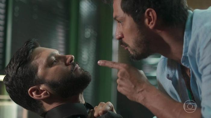 Marcos (Romulo Estrela) terá briga com Diogo (Armando Babaioff) em Bom Sucesso (Foto: Reprodução/Globo)