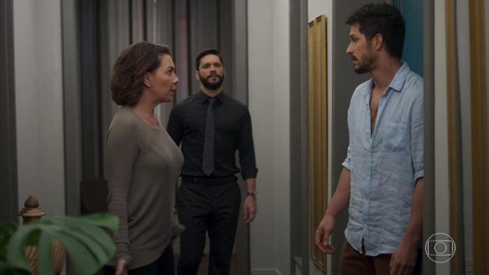 Marcos (Romulo Estrela) expulsará Diogo (Armando Babaioff) da editora após escutar conversa com Nana (Fabiula Nascimento) em Bom Sucesso (Foto: Reprodução/Globo)