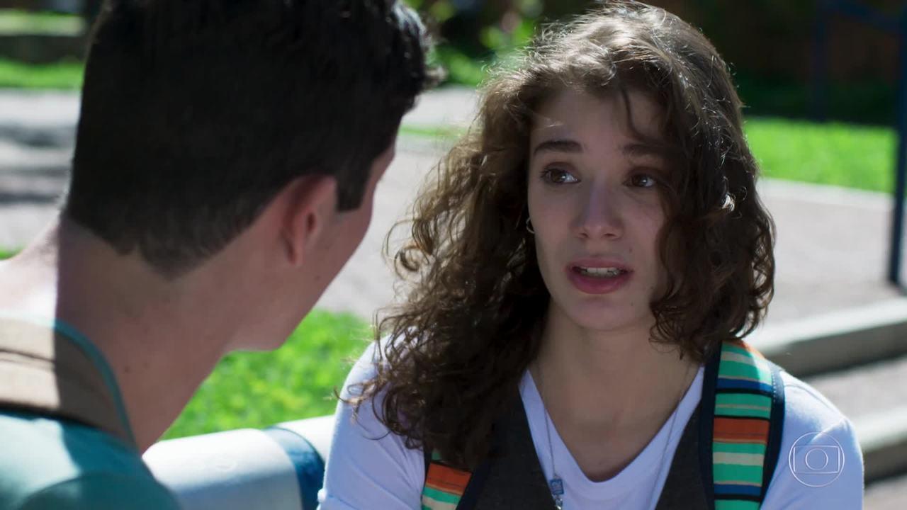 Meg diz a Beto e Guga que não sabe quem é o pai do filho dela em Malhação (Foto: TV Globo/ Divulgação)