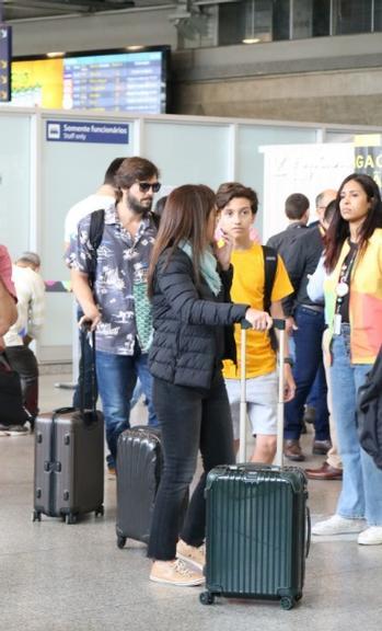 Adriana e Vladimir Brichta e o filho do casal,Vicente Brichta são flagrados em aeroporto (Imagem: AgNews)