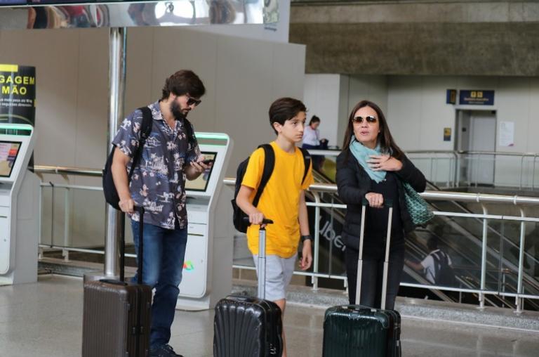 Adriana Esteves, Vladimir e o filho do casal,Vicente Brichta são flagrados em aeroporto (Imagem: AgNews)