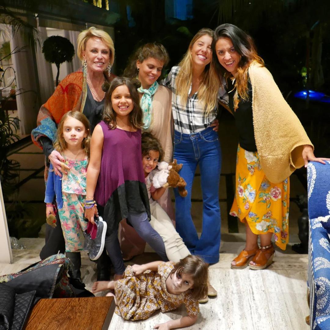Ana Maria Braga posou com a sua família em um clique das redes sociais (Foto: Reprodução/Instagram)