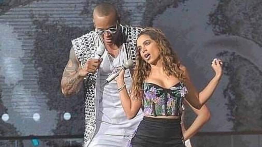 Anitta sensualiza com Leo Santana durante a gravação de DVD do cantor em São Paulo (Imagem: Instagram)
